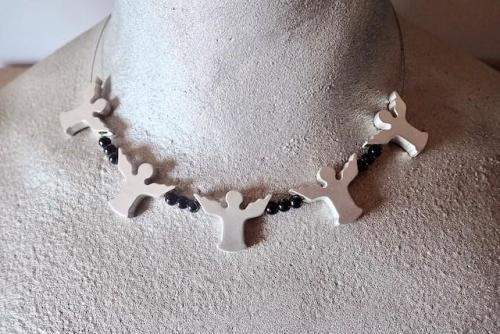 Collier - bezaubernder Reigen aus 5 Engeln mit schwarzen Onyxkugeln